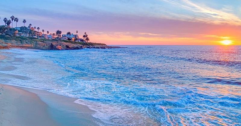 Visual paradisíaco de praia na Califórnia
