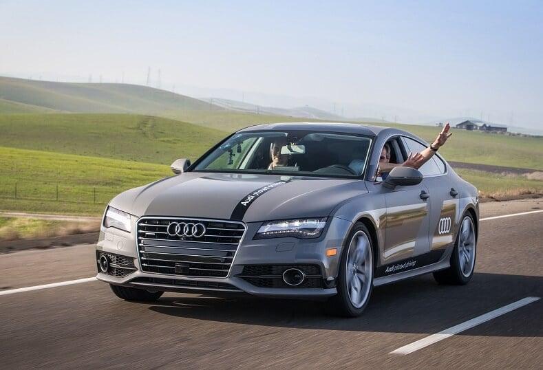 Carro em estrada da Califórnia