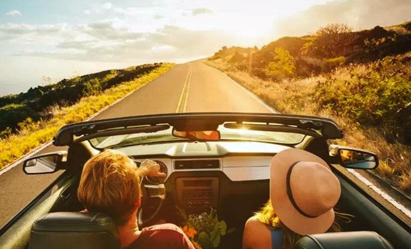 Casal viajando de carro pela Califórnia