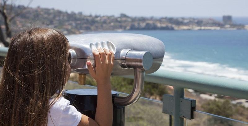 Menina avistando paisagem em San Diego