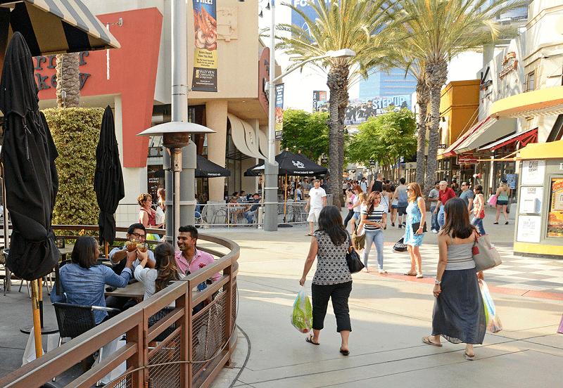Turistas fazendo compras em outlet da Califórnia