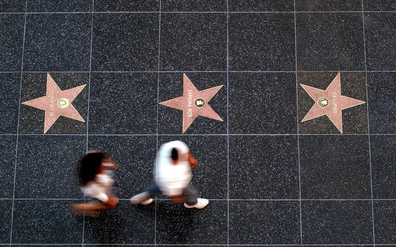 Pessoas passando pela Calçada da Fama em Los Angeles