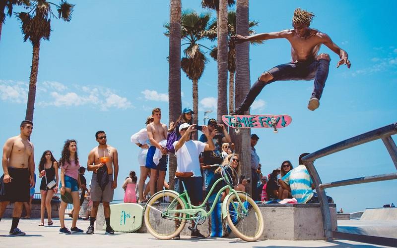 Público jovem em Venice Beach