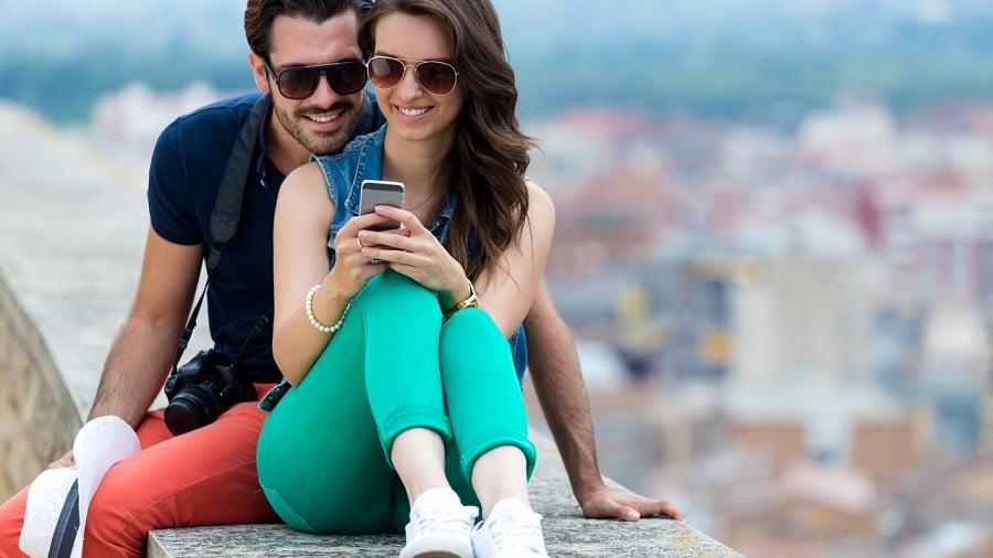 Casal com celular na Califórnia