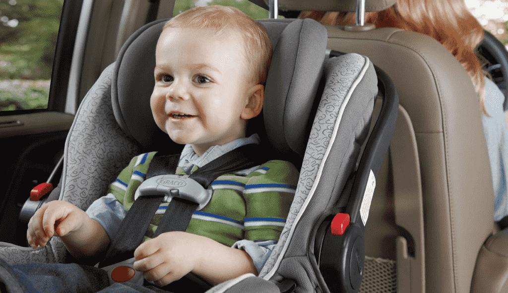 Cadeirinha de criança no carro em Los Angeles