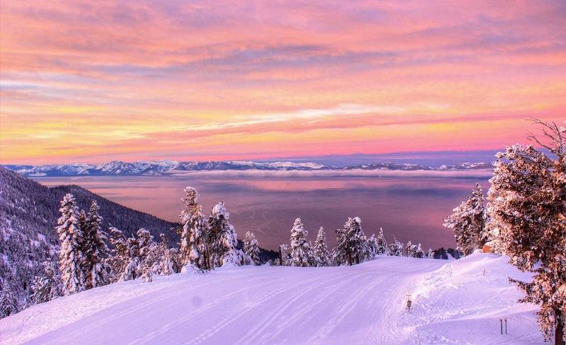 Lake Tahoe com neve e nascer do sol