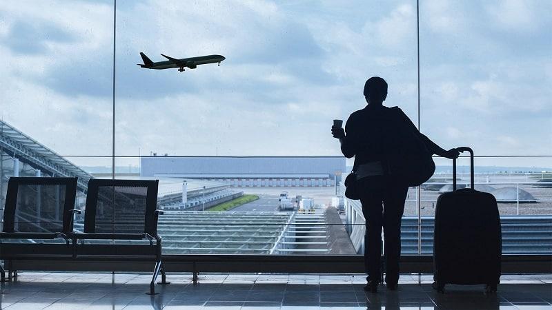 Pessoa esperando para viajar em aeroporto