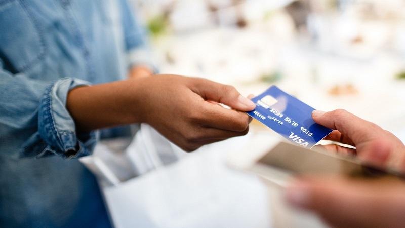 Pessoa pagando compras com cartão