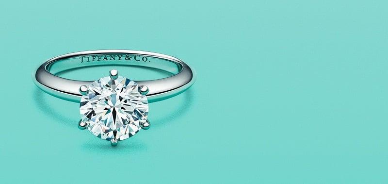 Compra de joias na Tiffany & Co. na Califórnia