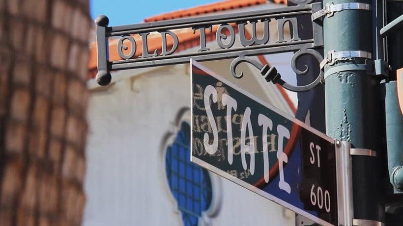 Turismo na rua State Street em Santa Bárbara