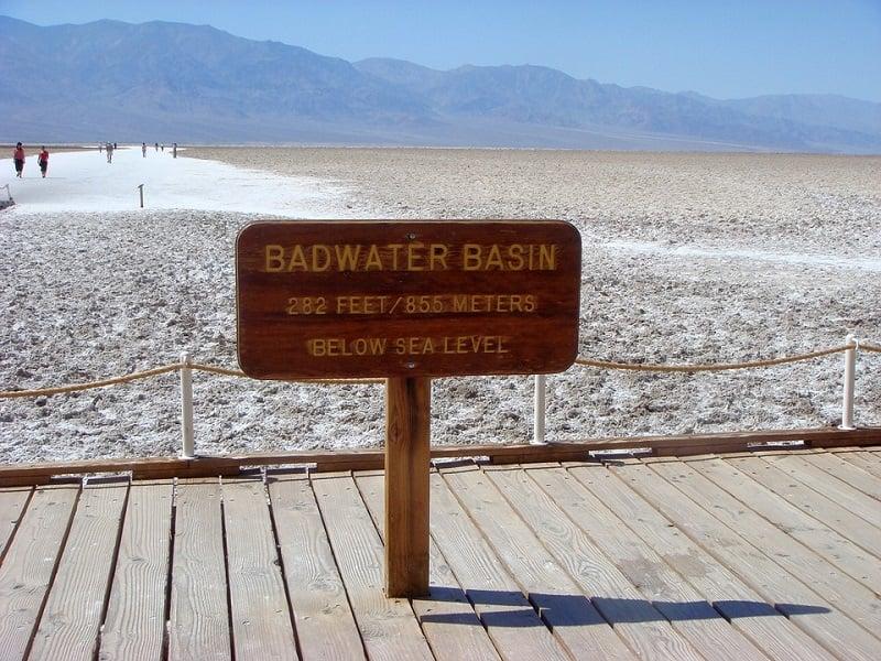 Atração Bacia de Badwater no Parque Nacional do Vale da Morte na Califórnia