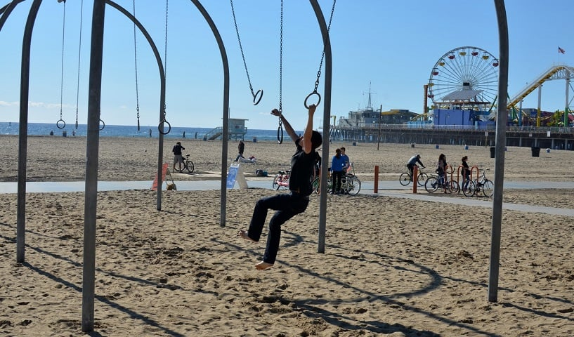 Esportes na praia Muscle Beach em Santa Mônica