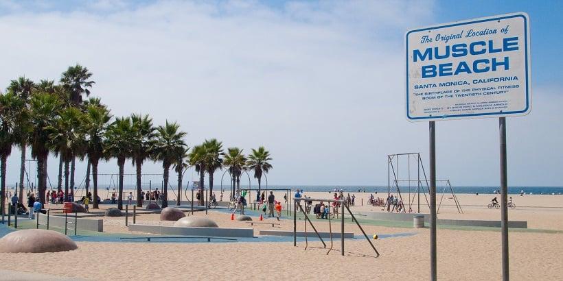 Atividades físicas na praia Muscle Beach em Santa Mônica