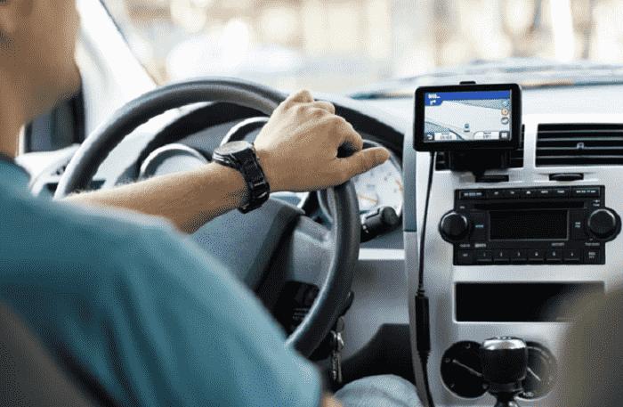 Carro com GPS em uma viagem de carro de Monterey à Los Angeles