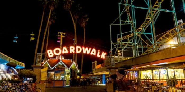 Noite no Santa Cruz Boardwalk em Santa Cruz