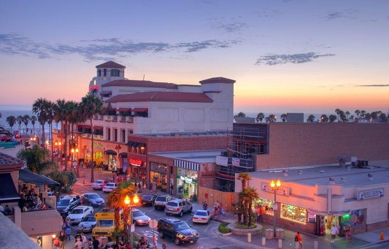 Noite na Main Street em Huntington Beach