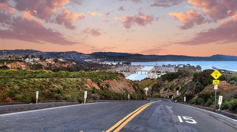 Noite na Pacific Coast Highway em Huntington Beach
