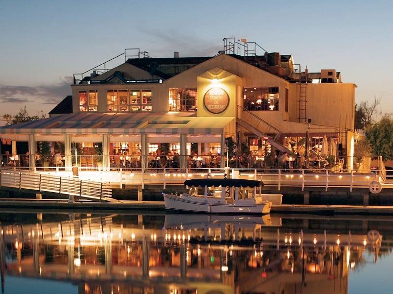 Noite no Fashion Island em Newport Beach
