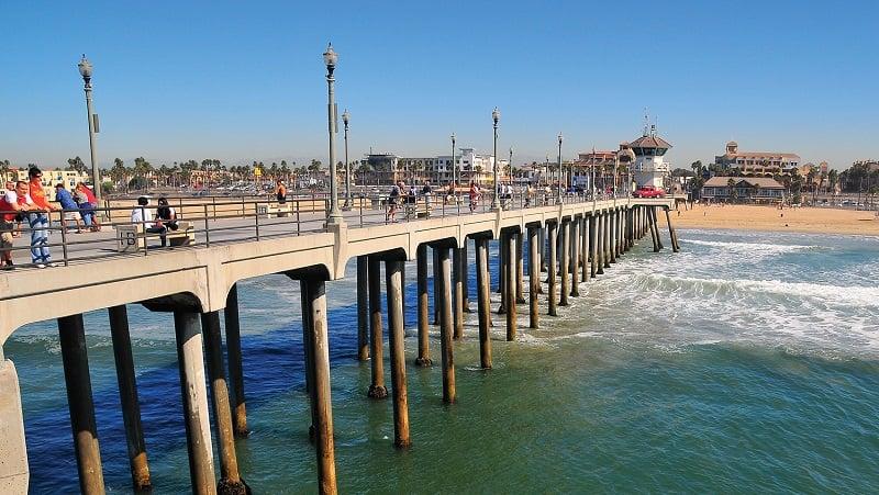 Píer com criança em Huntington Beach