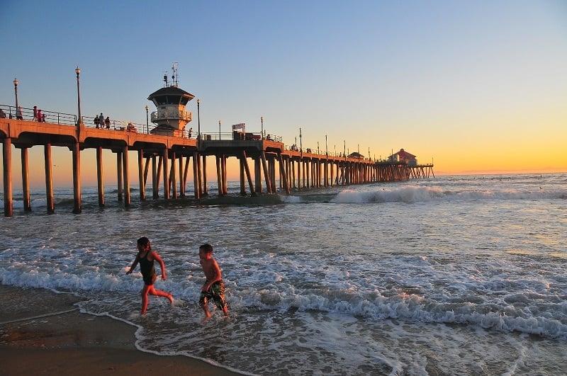 Praia com criança em Huntington Beach