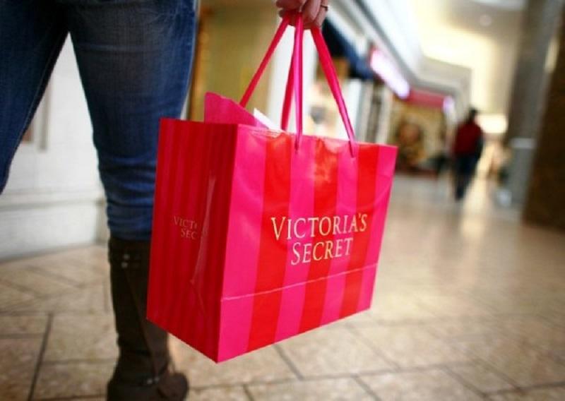 Pessoa carregando sacola da Victoria's Secret