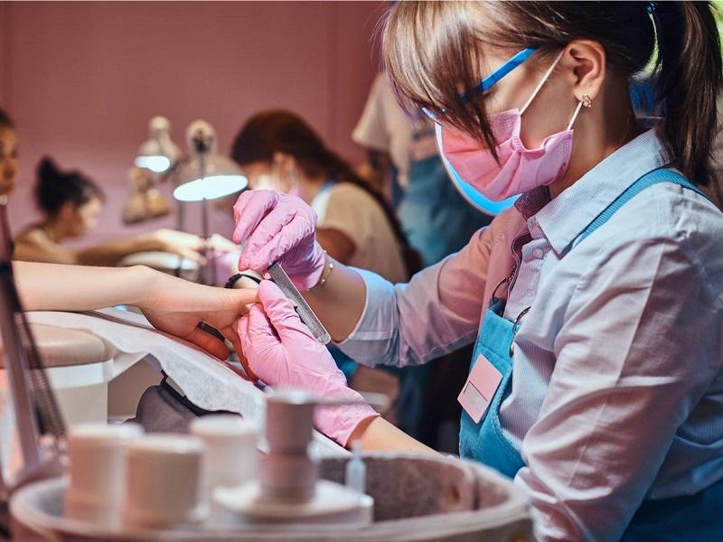 Salão de beleza durante pandemia na Califórnia