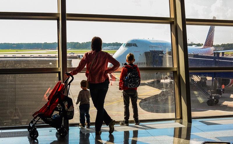 Mãe e filhos em aeroporto