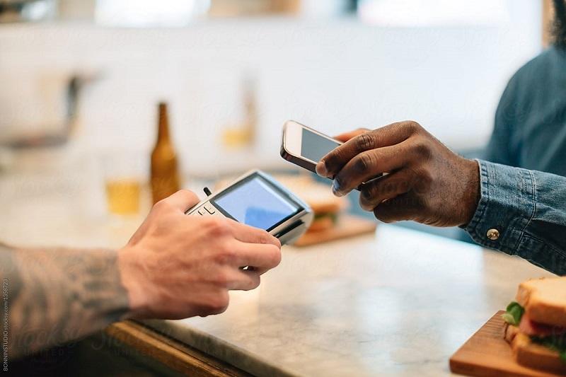 Pagando a conta do restaurante com o celular