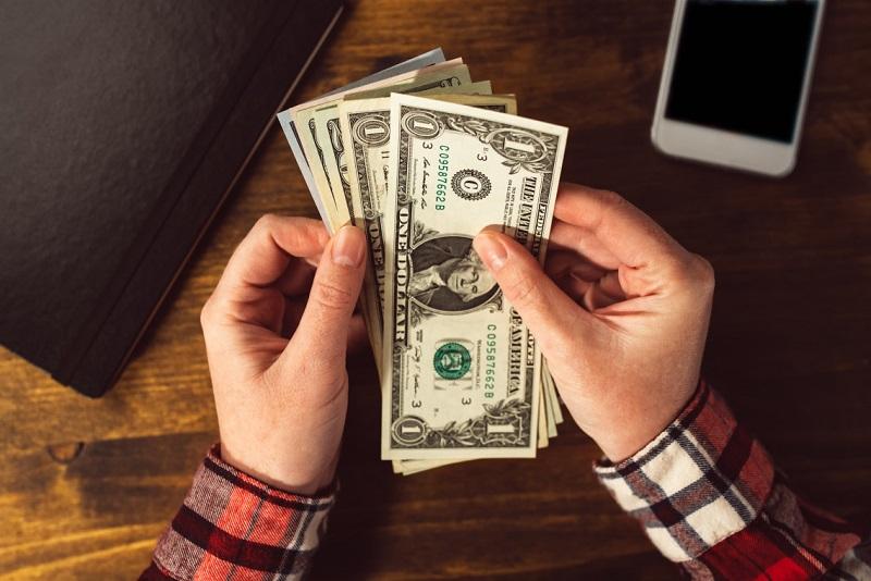 Pessoa contando dólares
