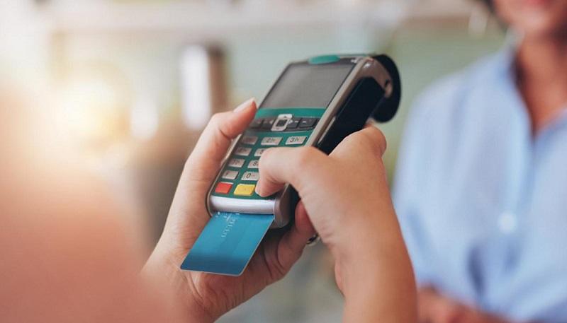 Passando o cartão de crédito na maquininha