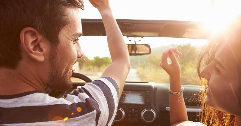 Casal em viagem de carro