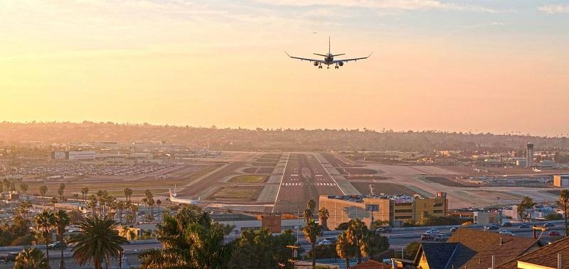 Avião pousando em aeroporto da Califórnia