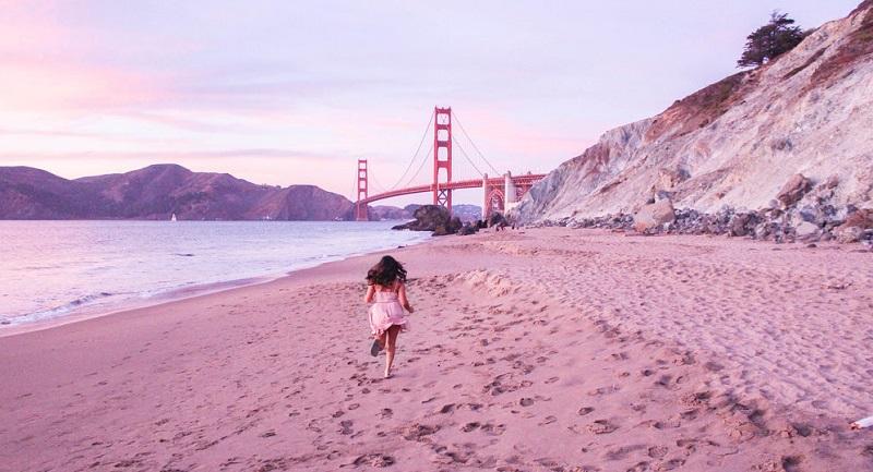 Pôr do sol em praia de San Francisco