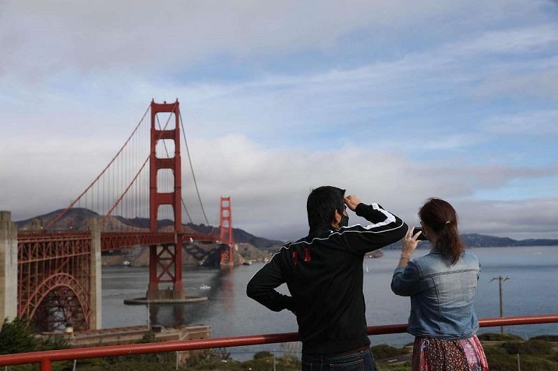 Turistas fotografando a Ponte Golden Gate em San Francisco