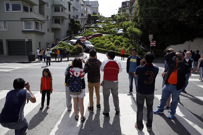Turistas tirando fotos na Lombard Street em San Francisco
