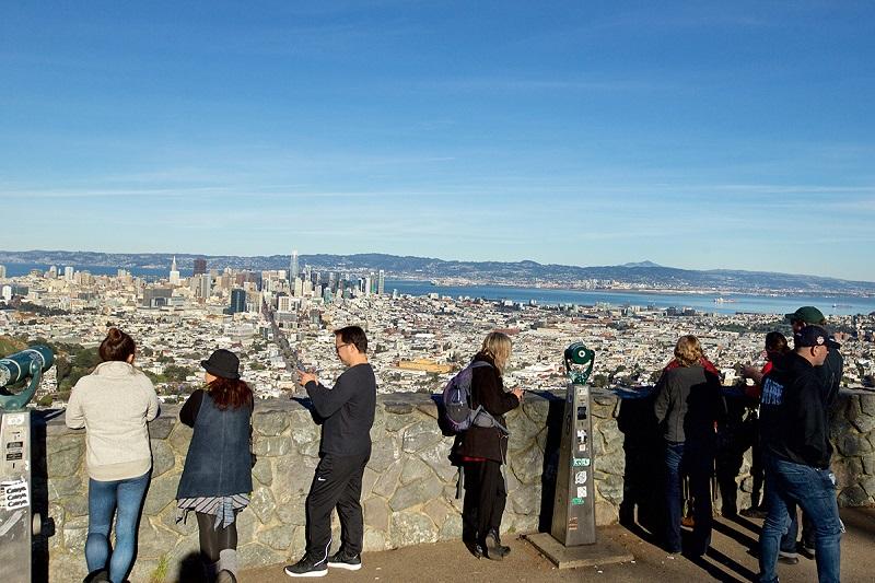 Turistas tirando foto em Twin Peaks - San Francisco