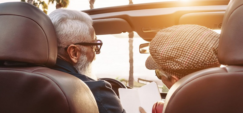 Casal de idosos curtindo viagem por Los Angeles