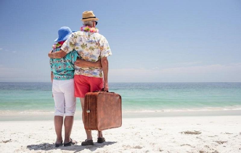 Idosos em viagem de praia