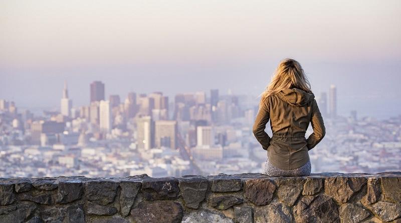 Turista contemplando paisagem de San Diego