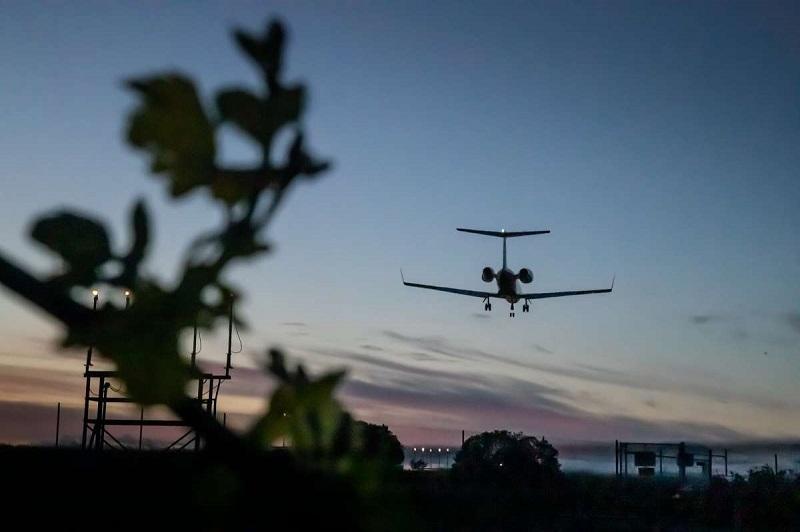 Avião decolando em aeroporto de Sonoma